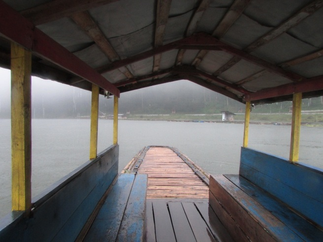 view dari dalam kapal, diluar hujan